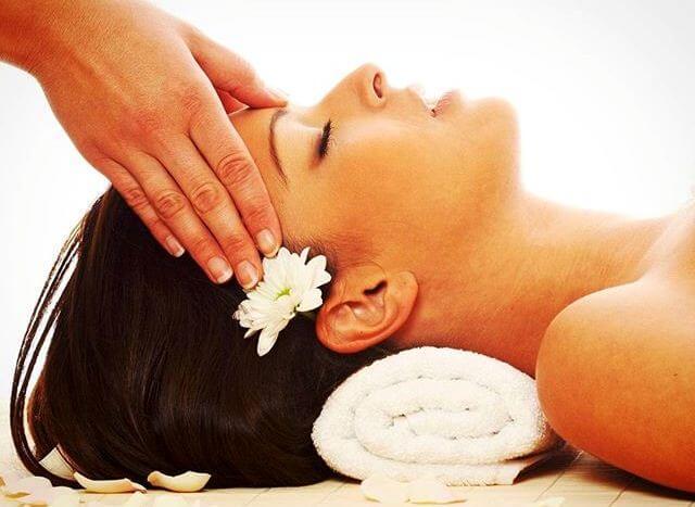 Техника выполнения точечного массажа при появлении головной боли