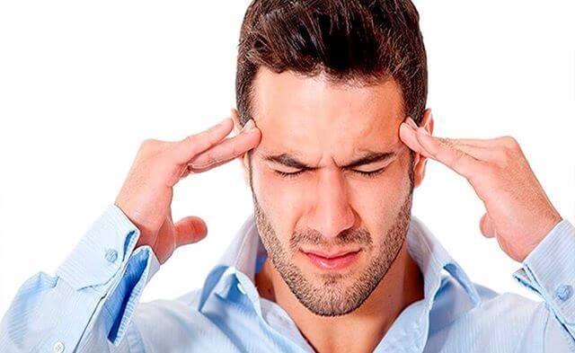 У мужчины постоянно болит голова
