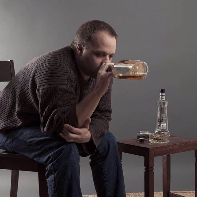 Чрезмерное употребление алкоголя - причина постоянных головных болей