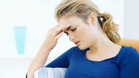 Голова болит у девушки