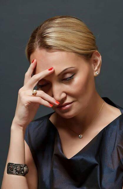У женщины головная боль и шум в ушах