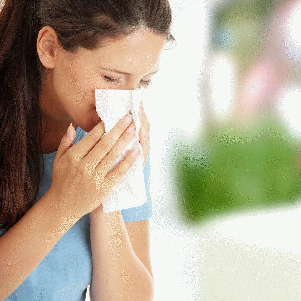 При сезонной аллергии появляются такие симптомы, как слезоточивость глаз, заложенность носа, головные боли