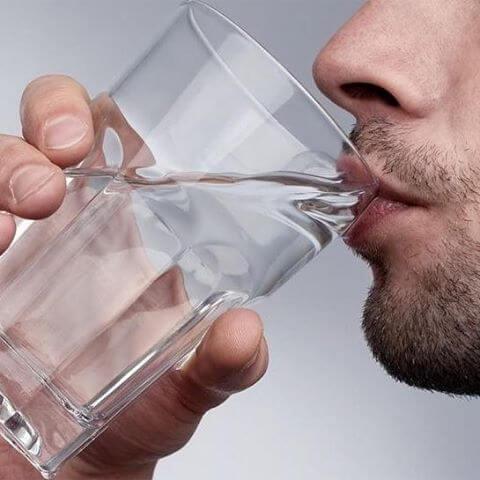 Обильное питье воды помогает предотвратить боли в голове