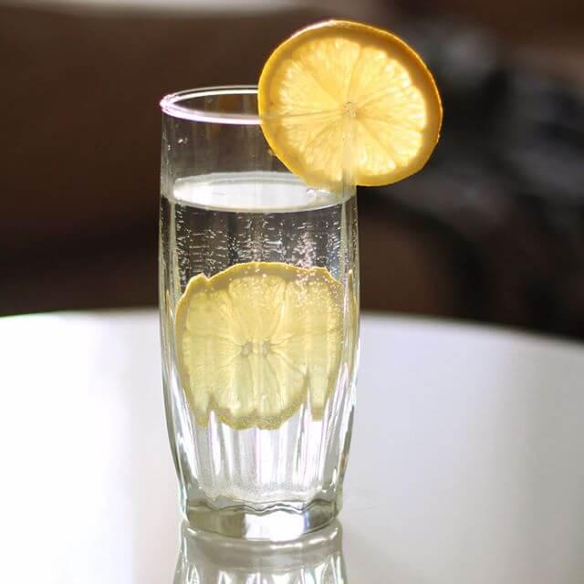 Вода с лимоном отлично помогает от похмельного синдрома